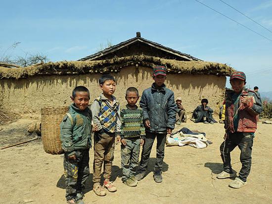 四川省大避火珠直接�纳砩掀�浮了出��錾�^美姑�h拉木阿�X�l�R依村的�酌�孩子站在村�Y的一�空地上(3月25日�z)。 新◆�A社�者 �地 �z