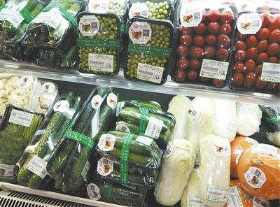 超市里的果蔬也贴有可追溯的二维码,但有的信息不全。
