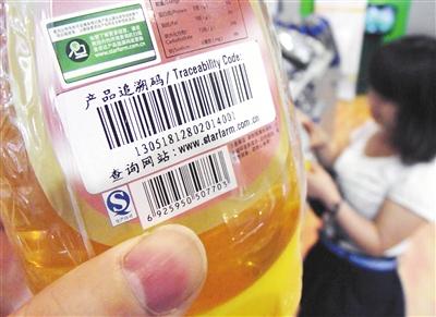 食品上贴有追溯码,借助读码器可查询产地和生产日期等信息。图/CFP