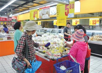 北京通州区通朝大街的物美大卖场内售卖的马铃薯馒头。新京报记者 王远征 摄