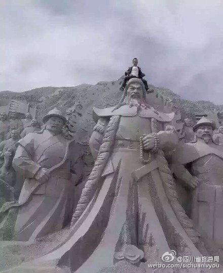 旅客踏坐雕像
