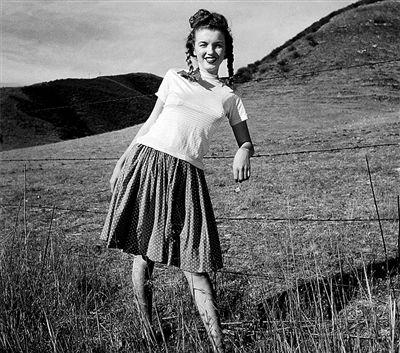 梦露1945年拍摄的照片略显青涩。
