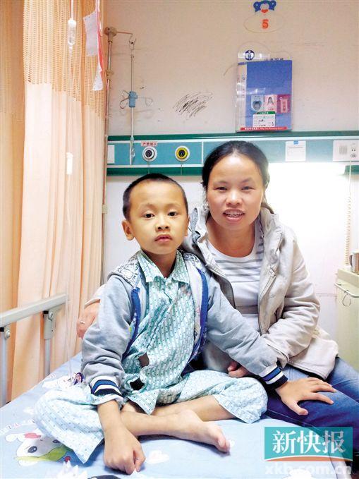张文豪与母亲在一同。