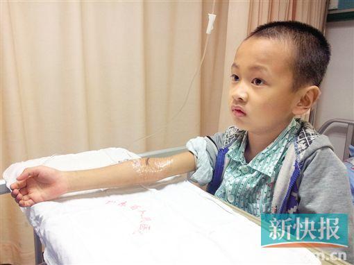 """韶关8岁小""""学霸""""染重疾 无钱治疗两度自愿入院"""