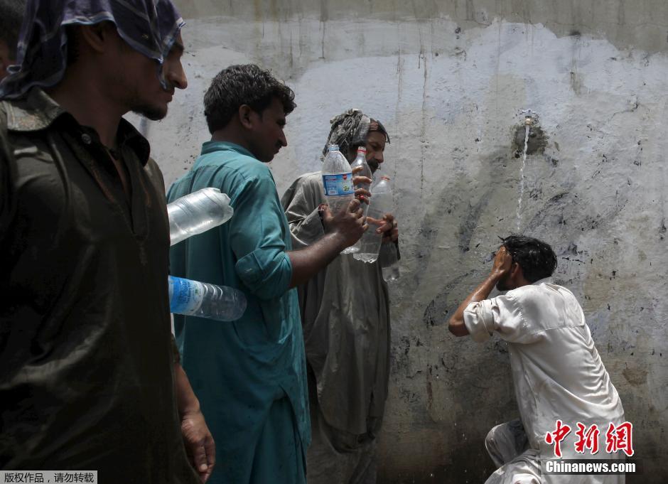 巴基斯坦高温致450人死 民众水 龙头 下 浇水 降温高清图片