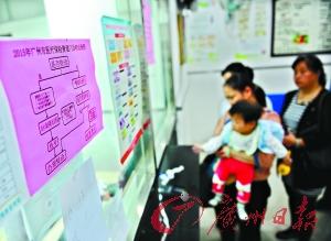 海珠区一社区医疗点,街坊在排队缴费。 广州日报记者乔军伟 摄