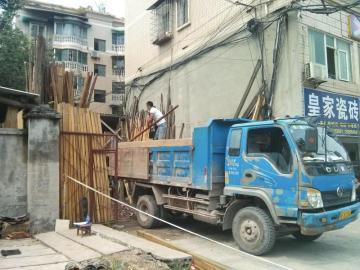 工人正在搬�\木料