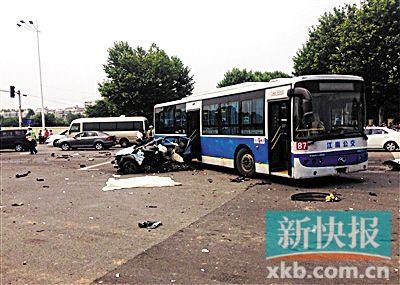 解析南京车祸 为何宝马无大碍 马自达成碎片高清图片