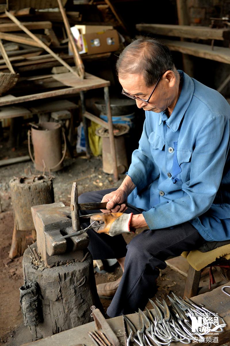 随着岁月的变迁,纯手工制作的后山剪刀由于生产成本过高,生产工序复杂