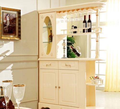 鞋柜与酒柜合二为一,也是个节省空间的不错选择,而且使客厅和玄关有了