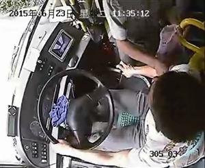 车载监控显示,刘大爷拉住公交司机的右手 图片来源 丽水网