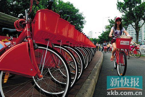 BRT沿线散布有上百个大众自行车效劳点,车是空心轮胎,低落颐养难度。(材料图像)林桂炎/摄
