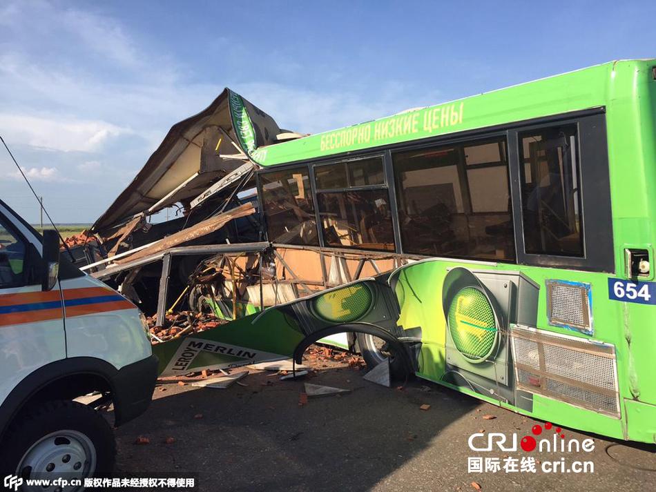 本地时刻2015年6月24日,俄罗斯鄂木斯克,一辆客车与货车相撞,形成16人殒命,11余人受伤。客车上搭载着左近鸡厂的工人。警方示意客车驶错车道导致事变发作。