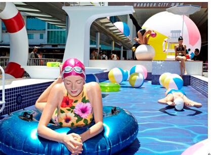 (左)色彩夺目泳装作品名称: Next Summer蓝色泳衣作品名称: Olympus: Lauren Perdue坐着作品名称: Kendall Island泳者屈膝伫立作品名称: Monumental Quan