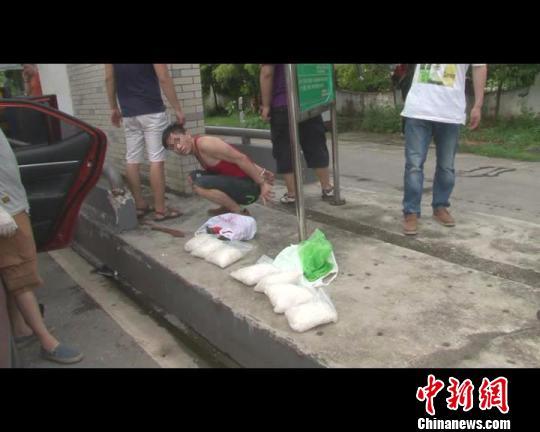 图为文某运毒在收费站被民警抓获。 视频截图 摄