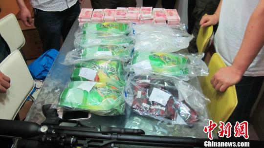 警方缴获的冰毒、毒资和枪支。 南岸警方供图 摄