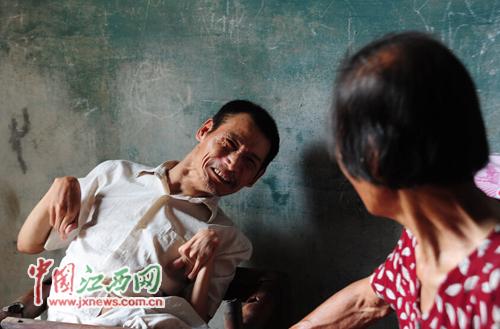只要看到张大妹,与母亲交换时,儿子胡国保才会显露微笑