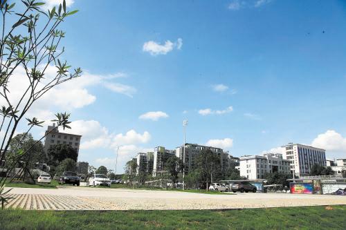 南家塘社区空置10多年的地块建成了生态停车场,可为开车来汽车西站