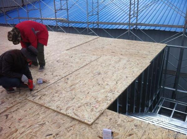 轻钢别墅样板房施工-安装osb楼板,采用叉车运送板材