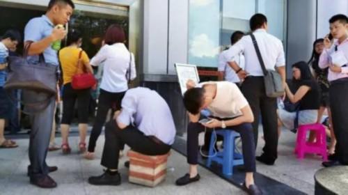 """自""""3·30""""新政实施以来,深圳房地产市场交易异常火爆,购房者在房地产权登记中心等候办理产权事宜"""