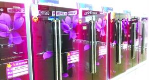 """刚刚上路的智能冰箱起步就不太顺。北京商报记者日前在调查中发现,智能化冰箱不仅没有点燃市场,在拉动冰箱销售上也乏善可陈。最新数据显示,在""""五一""""促销期间,冰箱实现销售462万台、127亿元,同比下降9.2%和5.3%。业内专家分析指出,冰箱智能化还为时过早,智能化功能难以被消费者认可,现阶段企业关键需要提升产品性能,深挖三四线城镇市场。"""