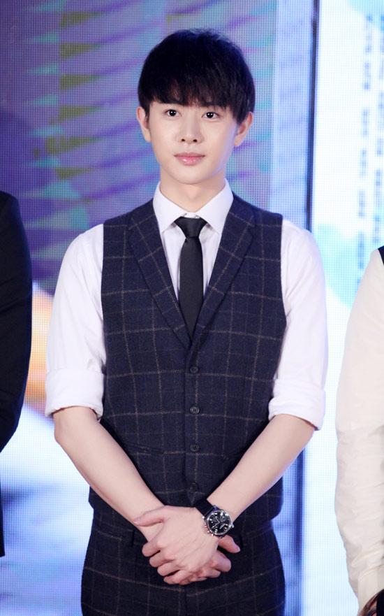 王佑硕以一袭帅气的制服亮相,他表示感谢剧组能有让自己有机会和大家
