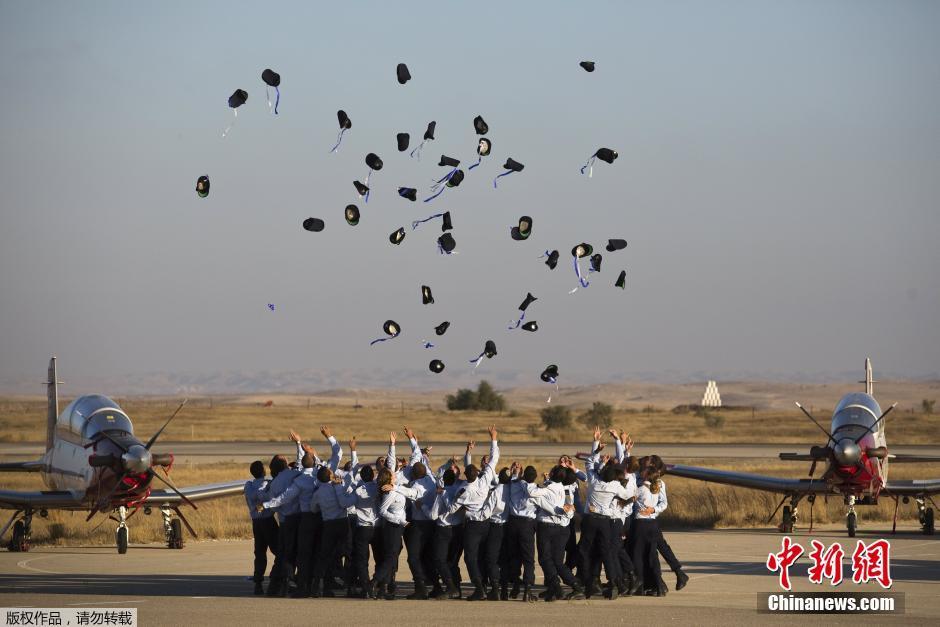 当地时间2015年6月25日,以色列空军飞行员在Hatzerim空军基地参加毕业典礼。