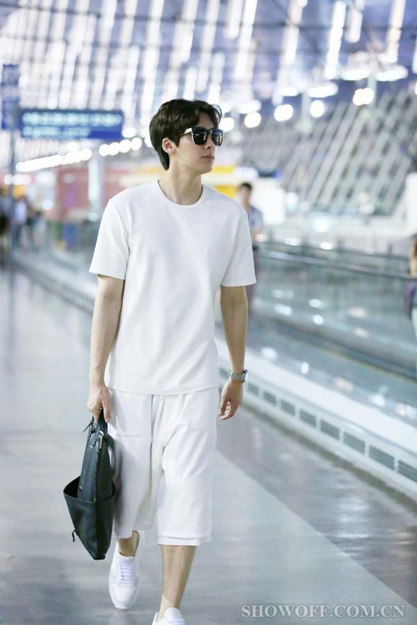 李易峰白色休闲服现身机场 出发去巴黎时装周图片