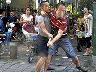 两男子打架像跳华尔兹,这么有喜感不如跳舞咯!