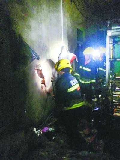 本报讯(见习记者姚传龙 通信员鲁�Z琳)昨夜,汉阳区罗家咀488号的一栋在建的两层别墅忽然垮塌,5名住民被埋进砖瓦中,状况非常紧迫。七里庙消防中队接到报警后,25名消防胡匪赶赴现场施行营救。