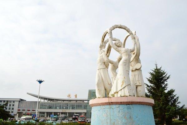火车站旁的建筑带有圆顶的属于俄式风格图片