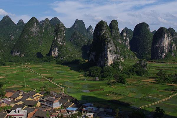 人们都说桂林山水甲天下,桂林的代表便是那些喀斯特地貌的石头山了,而图片