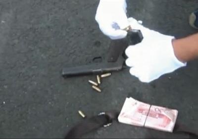 26日,警方从公安部A级逃犯郑有斌身上缉获军用手枪1支,枪内压满6颗枪弹。央视视频截图