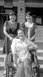 李斯雯和班主任贾复娟老师(左一)、妈妈杜桂芳在教学楼门前合影 新文化记者 张骁 摄