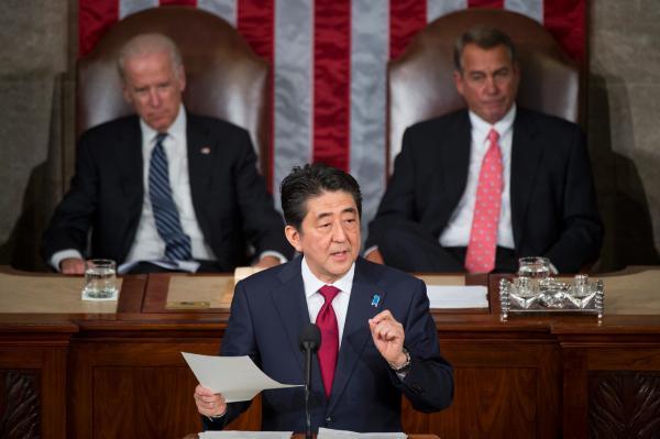 资料图:4月29日,日本首相安倍晋三(中)在美国首都华盛顿美国国会发表演讲。