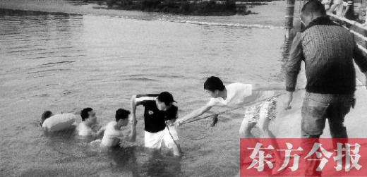 五名青年救人的场景被热情市民拍照了上去