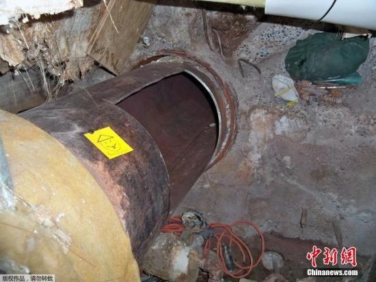 据称,两名杀人犯运用电开东西切开墙面和金属管道,穿过地道,并最后从牢狱外的沙井脱身。