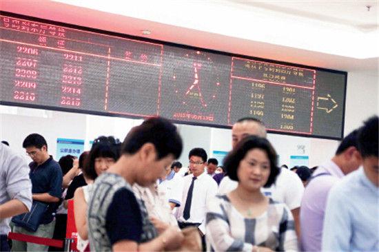 2015年6月19日,上海浦东新区区房地产交易中心人头攒动,购房热情高涨。中午11点37分,购房者没有吃午饭,依旧在排队领号。IC
