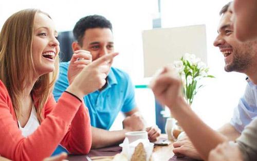 和老外聊天_下面这10个跟老外聊天的技巧,可以帮你火速找到小伙伴.