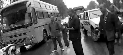 报废车两次冲卡被查 一车假和尚练拳堵路图片