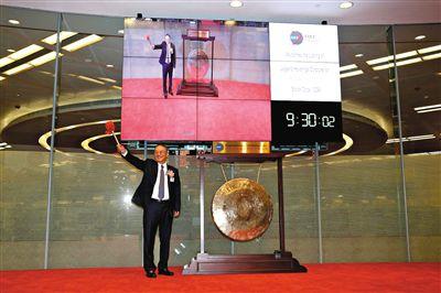 """6月29日上午9点30分,香港股市开市,联想控股董事长柳传志在港交所上市仪式上""""敲钟"""",联想控股正式登陆港股上市交易。"""