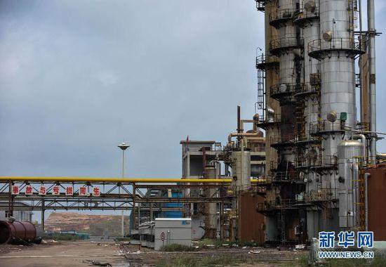 位于该化工厂脱碳塔下的换热器已被爆炸完全损坏(6月29日摄)。新华社发 连振 摄
