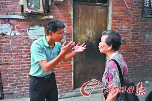 潘惠卿和儿子陈国强在争执。