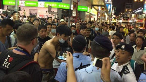 香港警方在抵触现场保持秩序(英国播送公司网站)