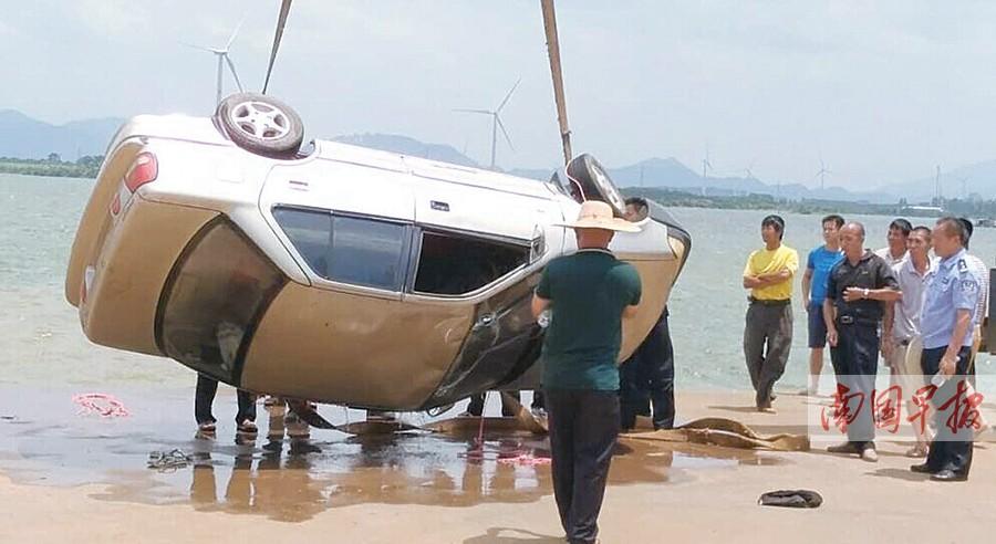掉入水库的车子曾经被打捞登陆。交警供图
