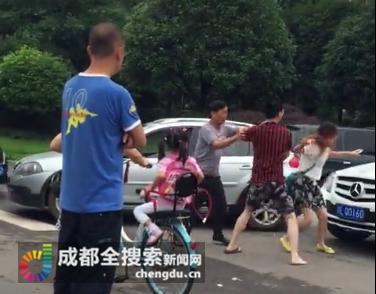 东北女孩打成都女司机视频_又见四川女司机遭暴打,奔驰男咋对女人下狠手-搜狐汽车