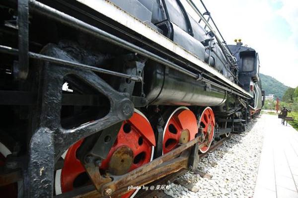 一个老去的火车头,京广线就一旁边,不时响起汽笛声.图片