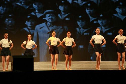 """国一队名为""""56朵花""""的少女组合克日也在北京表态,号称是全世界至多成员的盛行曲组合。(图像来历于收集)"""