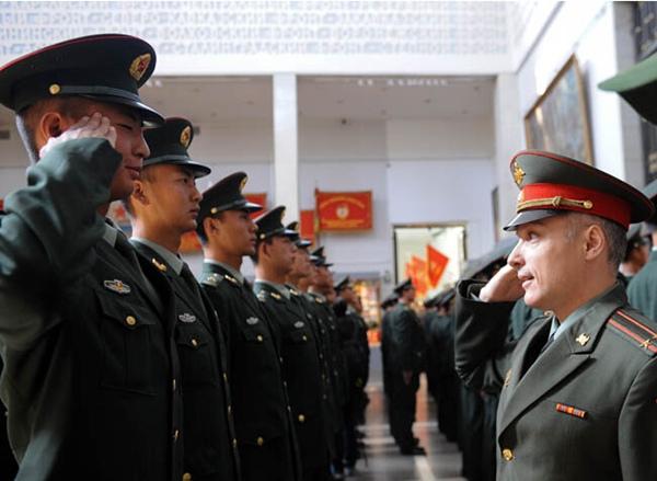 斯科,中国人民解放军三军仪仗队士兵接受俄罗斯国防部代表授勋.-