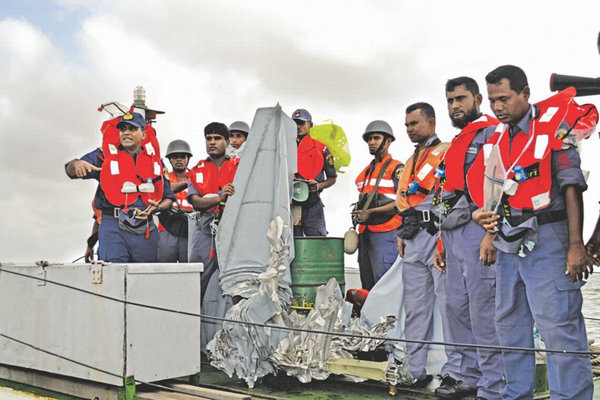 图为孟加拉空军1架歼7战斗机坠毁。